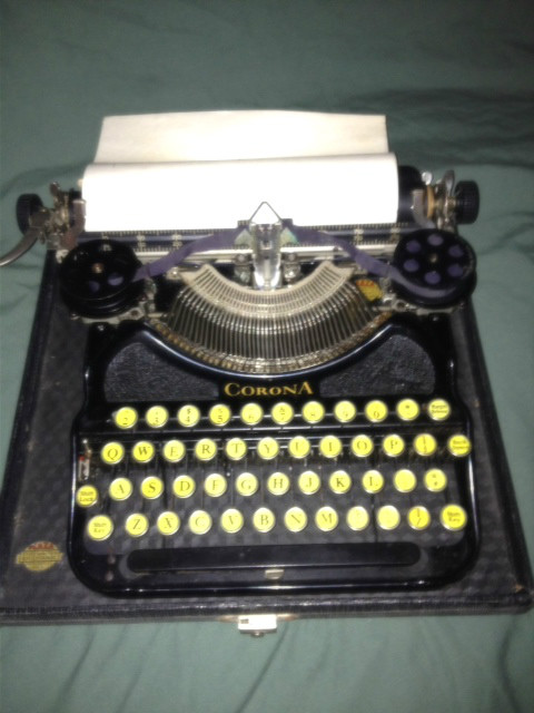 ANTIQUE PORTABLE CORONA TYPEWRITER IN CASE